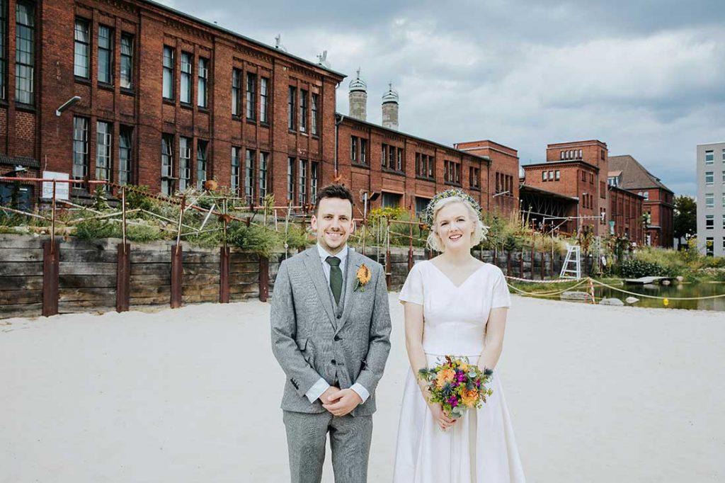 Hochzeitsfoto mit vor der Malzfabrik in Berlin-Pankow | Hochzeitsfotografie by MIRIAM ELLERBRAKE